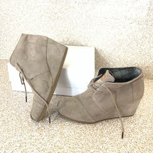 Toms : tan suede wedge boots